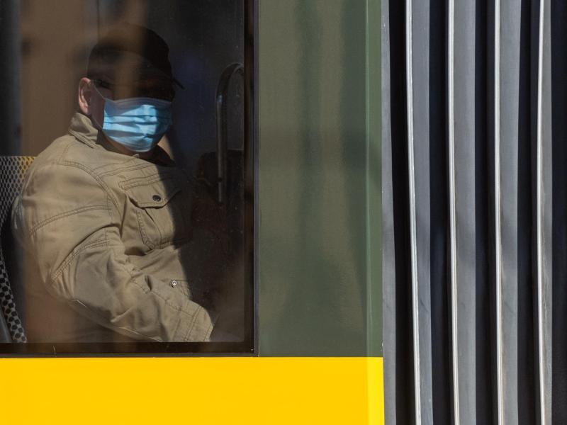 250 Euro Bußgeld: Polizisten kontrollieren Maskenpflicht ...